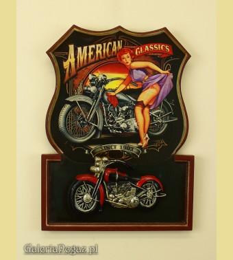 Modelka z motocyklem