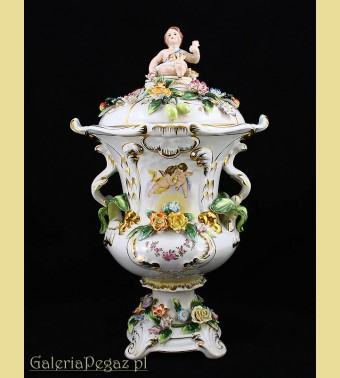 Wystawny porcelanowy puchar