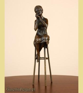 Mała modelka na krześle