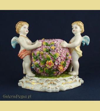 Porcelanowy wazon z figurkami