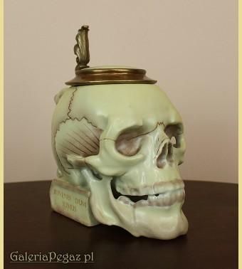 Kufel z czaszką